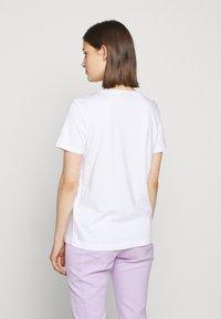 DKNY - OMBRE LOGO - T-shirts print - white/moonstone multi - 2