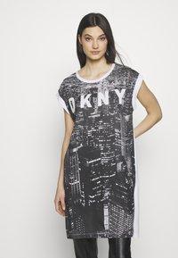 DKNY - LOGO FIRE ESCAPE  - Printtipaita - white/black - 0