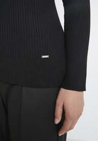 DKNY - SOLID TURTLENECK - Strickpullover - black - 5