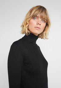 DKNY - SOLID TURTLENECK - Strickpullover - black - 3