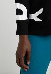 DKNY - CREW NECK SIDEWAYS LOGO - Mikina - black/white - 5