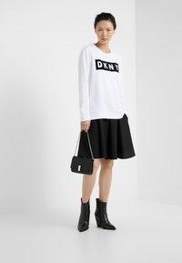 DKNY - BLOCK LOGO - Sweatshirt - white - 1