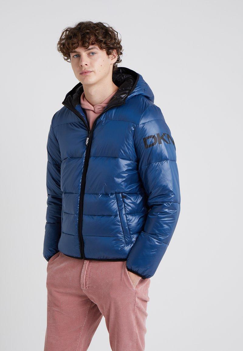 DKNY - CLASSIC HOODED LOGO PUFFER - Winter jacket - dunkelblau