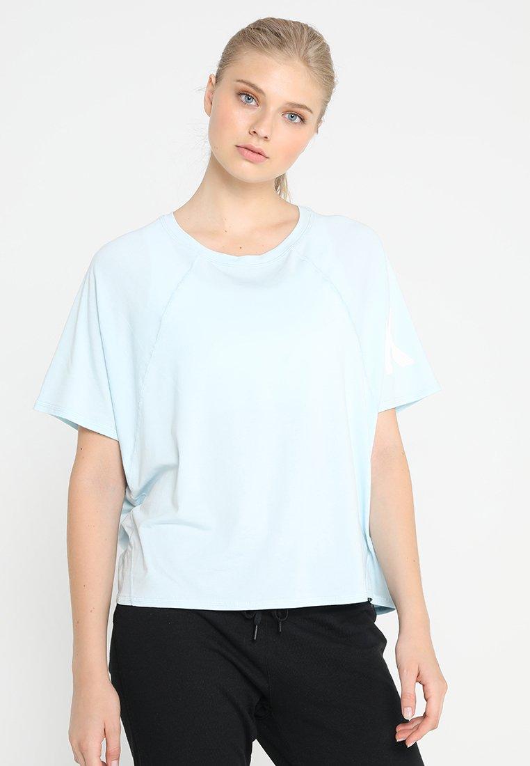 DKNY - OVERSIZED RAGLAN TEE WITH PRINTED LOGO - T-Shirt print - moonstone/white