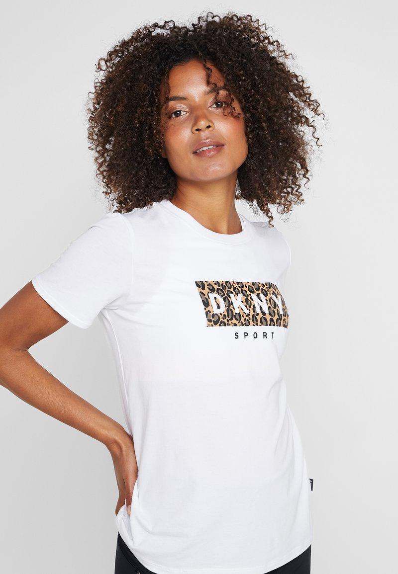 DKNY - BASIC CREWNECK TEE LEOPARDDROPOUT LOGO - Print T-shirt - white