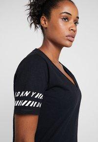 DKNY - V-NECK TEE - Camiseta estampada - black - 3