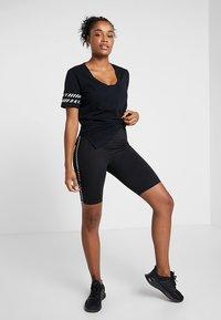 DKNY - V-NECK TEE - Camiseta estampada - black - 1