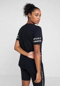 DKNY - V-NECK TEE - Camiseta estampada - black - 2