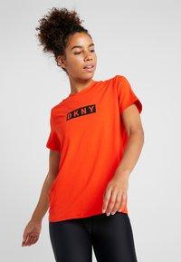 DKNY - SHORT SLEEVE DROP OUT LOGO - T-shirt med print - siren - 0