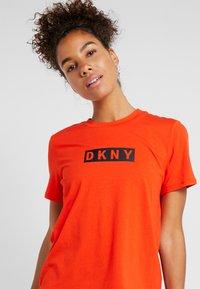 DKNY - SHORT SLEEVE DROP OUT LOGO - T-shirt med print - siren - 4