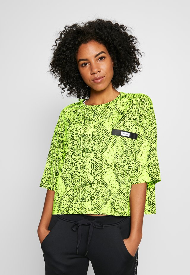 SHORT SLEEVE CROPPED TEE WITH BONDED POCKET DETAIL - T-shirts print - zest