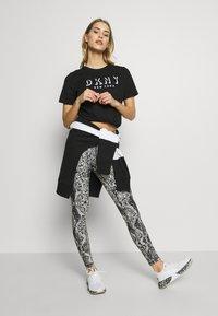 DKNY - SHORT SLEEVE FLOCKED SHADOW LOGO CREWNECK TEE - T-shirt imprimé - black - 1