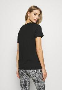 DKNY - SHORT SLEEVE FLOCKED SHADOW LOGO CREWNECK TEE - T-shirt imprimé - black - 2