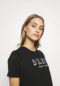 DKNY - SHORT SLEEVE FLOCKED SHADOW LOGO CREWNECK TEE - T-shirt imprimé - black - 3