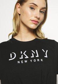 DKNY - SHORT SLEEVE FLOCKED SHADOW LOGO CREWNECK TEE - T-shirt imprimé - black - 5