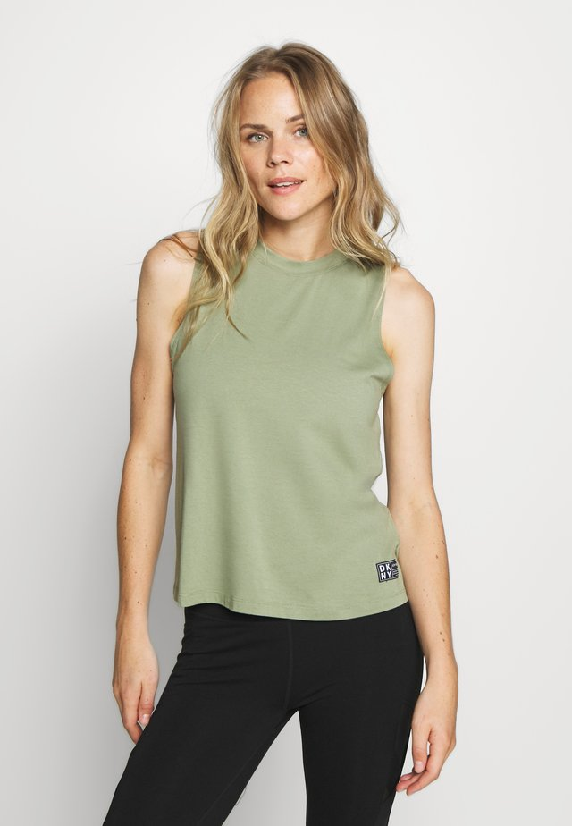 CUT OFF LOGOMOCK NECK TEE - Linne - olive