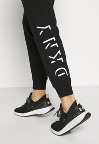 DKNY - FLOCKED SHADOW LOGOCUFFED - Joggebukse - black - 3
