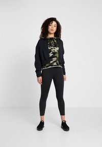 DKNY - CAMO PRINTHOODIE WITH CONTRAST PIPING - Sweat à capuche - vine combo - 1