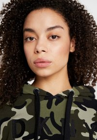 DKNY - CAMO PRINTHOODIE WITH CONTRAST PIPING - Sweat à capuche - vine combo - 3