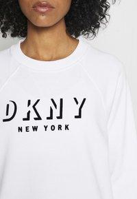DKNY - PULLOVER FLOCKED SHADOW LOGO - Collegepaita - white - 4