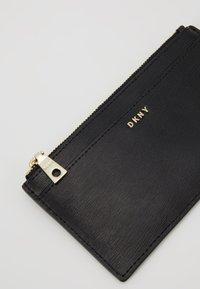 DKNY - BRYANT SLIM - Portefeuille - black/gold - 2