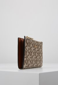 DKNY - BRYANT BIFOLD HOLDER - Portefeuille - chino caramel - 4