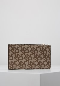 DKNY - BRYANT BIFOLD HOLDER - Portefeuille - chino caramel - 3