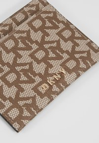 DKNY - BRYANT CARD HOLDER LOGO - Kortholder - chino/caramel - 2