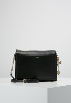 CHAIN ITEM SUTTON MEDIUM BOX CROSSBODY - Olkalaukku - black/gold