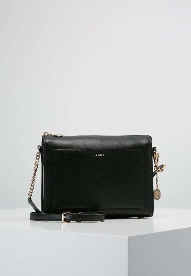 CHAIN ITEM SUTTON MEDIUM BOX CROSSBODY - Axelremsväska - black/gold
