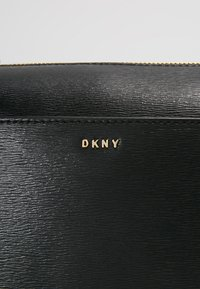 DKNY - CHAIN ITEM SUTTON MEDIUM BOX CROSSBODY - Across body bag - black/gold - 7