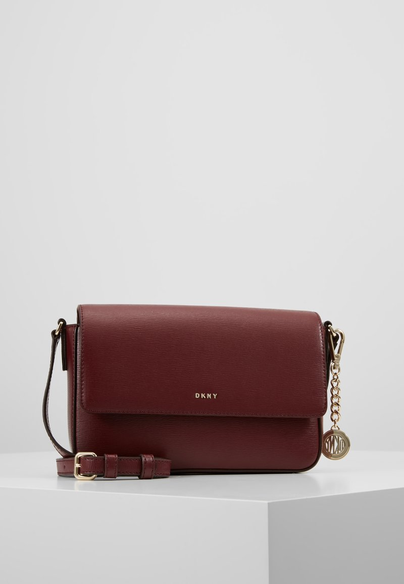 DKNY - BRYANT FLAP XBODY - Umhängetasche - blood red
