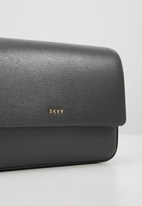 DKNY - BRYANT FLAP XBODY - Sac bandoulière - timber green - 6