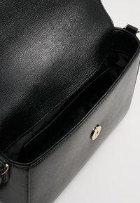 DKNY - BRYANT FLAP XBODY - Sac bandoulière - black/gold - 4