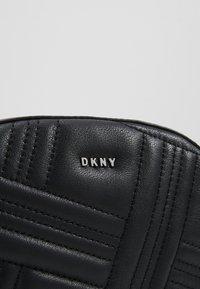 DKNY - ALLEN - Bältesväska - black/silver - 6