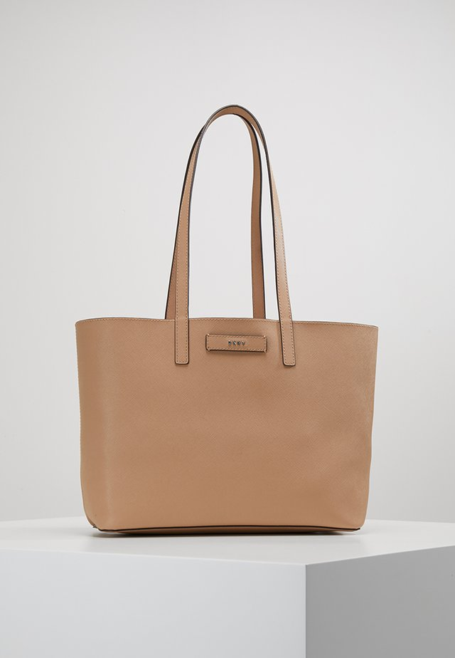 BRAYDEN MEDIUM REVERSIBLE TOTE - Handbag - latte/pink