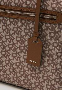 DKNY - CASEY - Shopper - brown/nude - 6