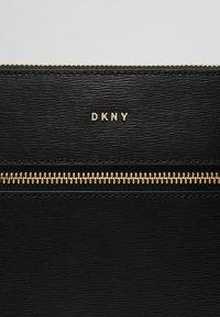 DKNY - BRYANT - Taška spříčným popruhem - black/gold - 6