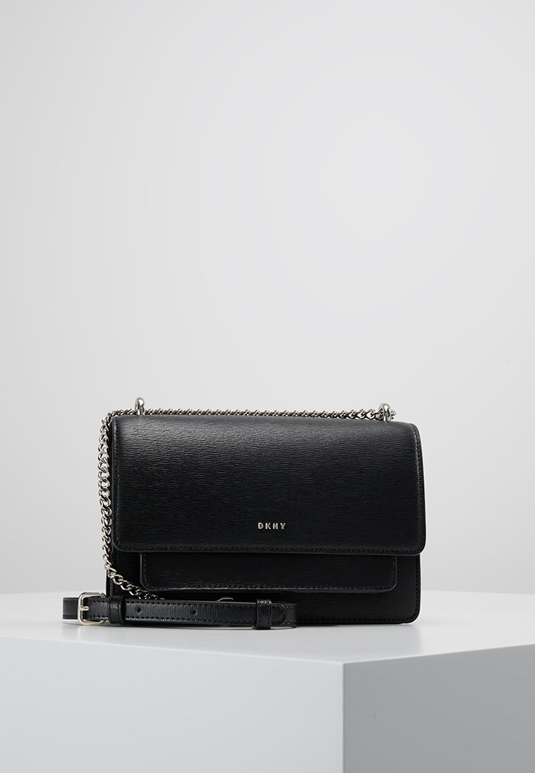 DKNY - BRYANT SMALL CHAIN FLAP - Schoudertas - black/gold