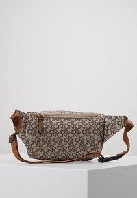 DKNY - CASEY  LOGO - Bum bag - chino logo/vicuna - 3