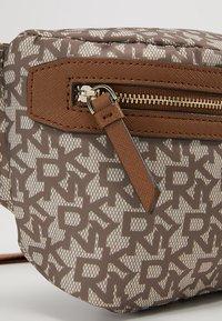 DKNY - CASEY  LOGO - Bum bag - chino logo/vicuna - 6