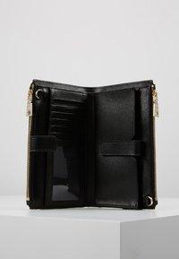 DKNY - BRYANT DOUBLE ZIP CBODY WALLET - Across body bag - black/gold-coloured - 4
