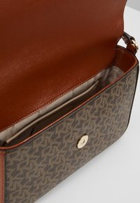 DKNY - BRYANT FLAP CBODY SUTTON - Across body bag - mocha caramel - 4
