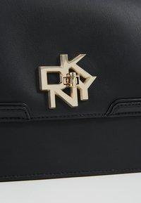 DKNY - CATHERINE MED SHOULDER FLAP - Taška spříčným popruhem - black/gold - 6