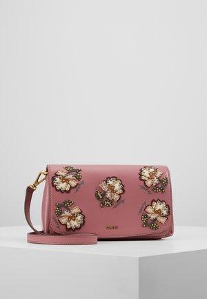 FLAP CROSBODY - Sac bandoulière - canyon rose