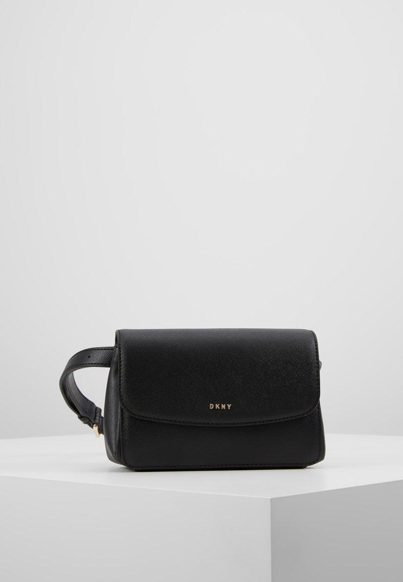 DKNY - ITEM BELT BAG - Ledvinka - black7gold-coloured
