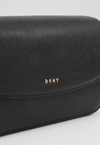 DKNY - ITEM BELT BAG - Ledvinka - black7gold-coloured - 6