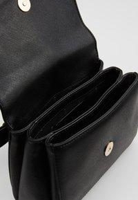 DKNY - ITEM BELT BAG - Ledvinka - black7gold-coloured - 4