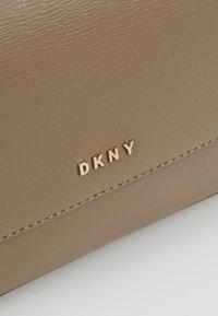 DKNY - BRYANT FLAP CBODY SUTTON - Across body bag - dune - 6