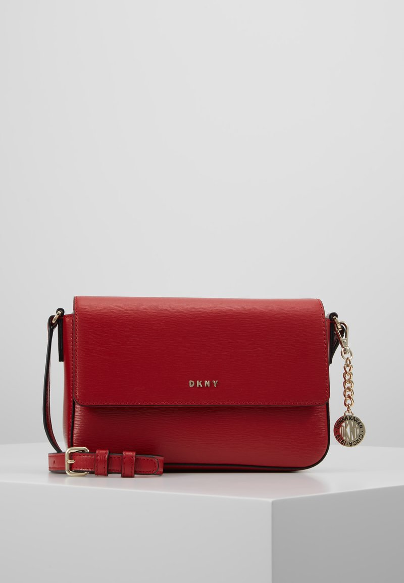 DKNY - BRYANT FLAP CBODY SUTTON - Schoudertas - bright red